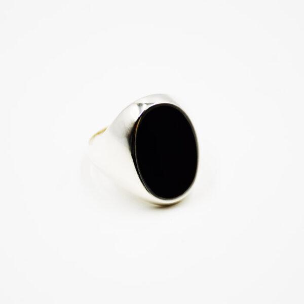 ασημένιο δαχτυλίδι σε μοντέρνα γραμμή
