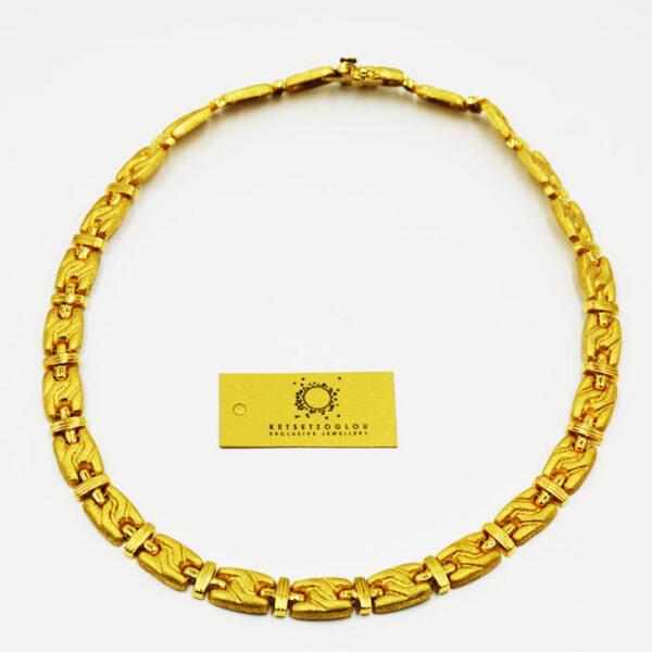 χρυσό κολιέ σε διαχρονικό σχέδιο