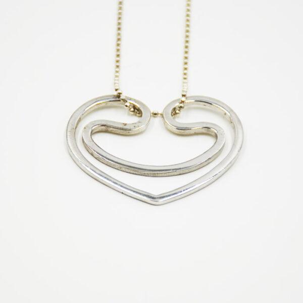 ασημένια κοσμήματα σε σχέδιο καρδιά